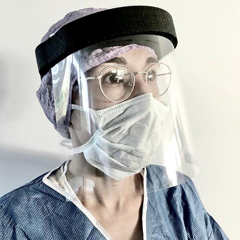 Transparant spatwaterdicht gezichtscherm met hoofdband van schuim - gedragen door persoon met bril